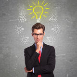 Mens die met ideeën wordt omringd Stock Foto's