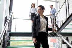 De jonge bedrijfsmensen beklimmen de treden in het bureau royalty-vrije stock fotografie