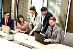 De jonge bedrijfsmensen hebben vergadering in een modern bureau stock foto