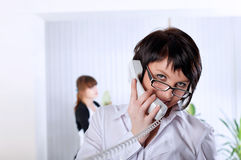 De jonge bedrijfsvrouw op kantoor Stock Foto