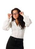 De jonge bedrijfsvrouw plaatste haar zwarte glazen Royalty-vrije Stock Foto's