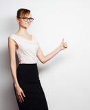 De jonge bedrijfsvrouw toont iets Royalty-vrije Stock Foto