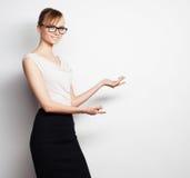 De jonge bedrijfsvrouw toont iets stock foto