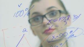 De jonge bedrijfsvrouw voert financiële berekeningen uit langzaam stock video
