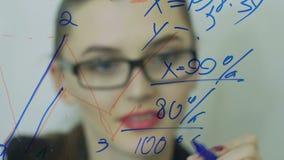 De jonge bedrijfsvrouw voert financiële berekeningen uit langzaam stock videobeelden