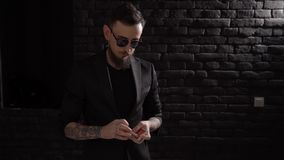 De jonge begaafde tovenaar toont magische speelkaarttruc stock videobeelden