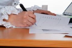 Het ondertekenen van belangrijke documenten Royalty-vrije Stock Afbeeldingen