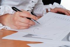 Het ondertekenen van belangrijke documenten Royalty-vrije Stock Fotografie