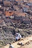 De jonge berber Moslimjongen communiceert op mobiele zitting op mountai stock foto's