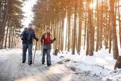 De jonge bergbeklimmers koppelen het lopen op berg Royalty-vrije Stock Fotografie
