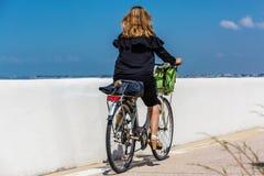 De jonge berijdende fiets van de blondevrouw Royalty-vrije Stock Fotografie