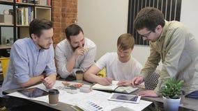 De jonge beroeps kwamen op modern kantoor samen om bedrijfsproject binnen te bespreken stock footage