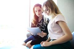 De jonge beroeps werken in modern bureau Commerciële bemanning die met opstarten werken royalty-vrije stock foto