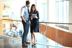 De jonge beroeps werken in modern bureau Commerciële bemanning die met opstarten werken stock afbeelding