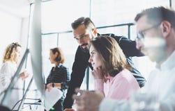 De jonge beroeps werken in modern bureau Het team die van de projectleider nieuw idee bespreken Commerciële bemanning die met ops royalty-vrije stock foto's