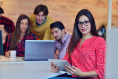 De jonge beroeps werken in modern bureau Het team van de projectleider het bespreken stock afbeeldingen