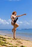 De jonge bevallige vrouw gaat op kust van oceaan royalty-vrije stock foto