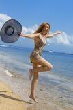 De jonge bevallige vrouw gaat op kust van oceaan met s royalty-vrije stock afbeelding
