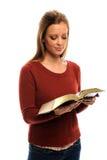 De jonge Bijbel van de Lezing van de Vrouw Stock Afbeeldingen