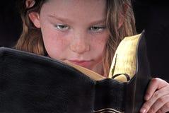 De jonge Bijbel van de Lezing van het Meisje stock afbeeldingen