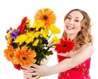 De jonge bloemen van de vrouwenholding. Royalty-vrije Stock Foto's