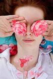 De jonge bloemen van de vrouwenholding voor ogen Royalty-vrije Stock Afbeelding
