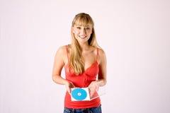 De jonge blonde biedt een CD aan Royalty-vrije Stock Afbeeldingen