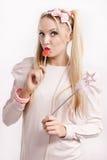 De jonge blonde kleedde zich omhoog als pop Royalty-vrije Stock Afbeelding