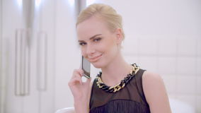 De jonge Blonde Telefoon van de Meisjes Sprekende Cel stock videobeelden