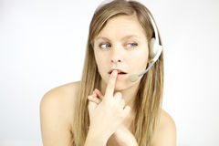 De jonge blonde vrouw die van Nice met hoofdtelefoons vraag beantwoorden stock fotografie