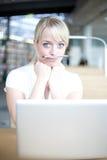 De jonge blonde vrouw is grappig Stock Foto