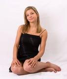De jonge blonde zwarte kleding van het vrouwenportret stock foto's