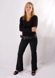 De jonge blonde zwarte uitrusting van gemiddelde lengte van het vrouwenportret royalty-vrije stock fotografie