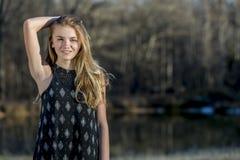De jonge Blondetiener geniet van een Mooie Dag Stock Foto's