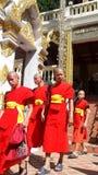 De jonge boeddhistische monniken rouwen de dood van hun Koning - Bhumibol adulyadej-2 Stock Afbeelding