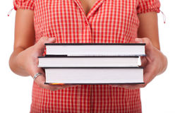 De jonge boeken van de schoolmeisjeholding Stock Foto