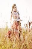 De jonge boervrouw, kleedde zich in Hongaars nationaal kostuum, dat over aardachtergrond stelt Royalty-vrije Stock Afbeeldingen