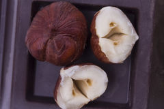 De jonge bosnoten bovenop de zwarte stevige chocolade sluiten Stock Foto