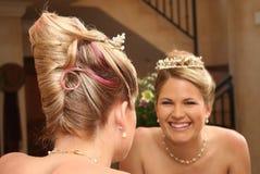 De jonge bruid kleedde zich in wit Royalty-vrije Stock Afbeeldingen