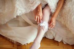 De jonge bruid wordt klaar Stock Afbeeldingen