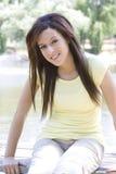 De jonge brunette in toevallig stelt Stock Foto