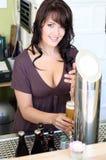 De jonge brunette trekt bier bij de staaf Royalty-vrije Stock Fotografie