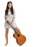 De jonge brunette in wit chemise met gitaar Stock Fotografie
