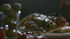 De jonge chef-kok zette gesneden pizza op plaat HD 100fps stock footage