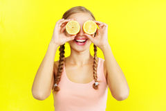 De jonge citroenen van de meisjesholding Royalty-vrije Stock Fotografie
