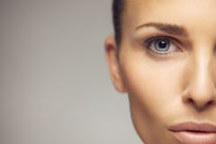 De jonge close-up van het vrouwen halve gezicht Royalty-vrije Stock Fotografie