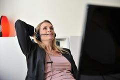 De jonge computer van de vrouwenhoofdtelefoon Stock Foto
