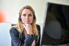 De jonge computer van de vrouwenhoofdtelefoon Royalty-vrije Stock Foto's