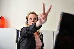 De jonge computer van de vrouwenhoofdtelefoon Stock Fotografie