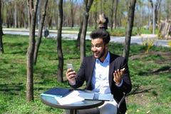 De jonge criticus leest nieuw boek vóór publicatie stock afbeelding